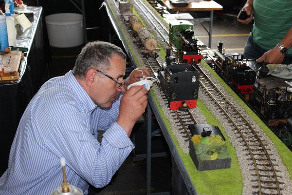 Alois beim Service seiner Dampflokomotive