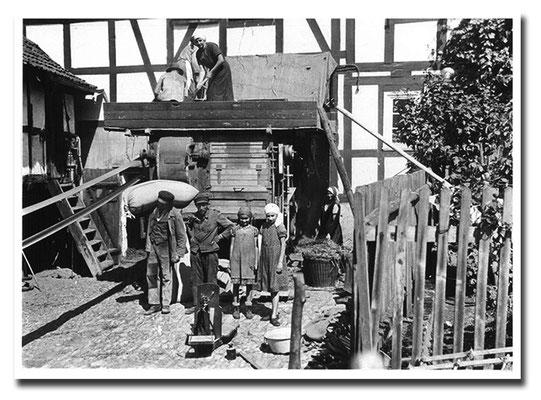 1948 - Mama Christa und Dreschmaschine