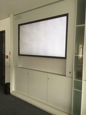 Medienwand mit Höhenverstellbarer Touchscreen Monitor