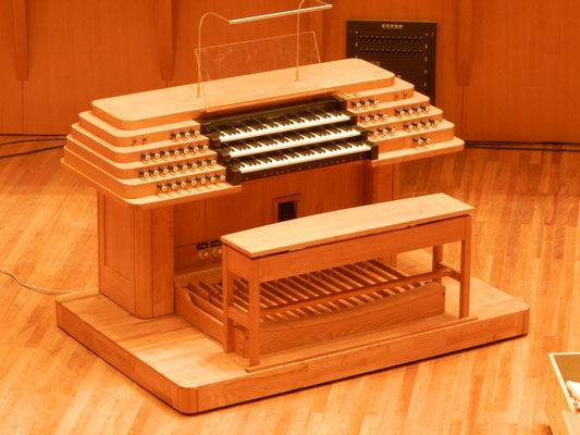 Spieltisch mit Rollpodest und Orgelbank