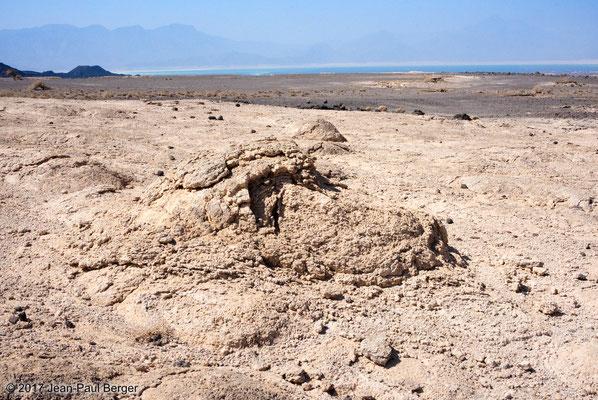 Formations stromatolitiques autour de blocs de basaltes dans le Paléolac Asal