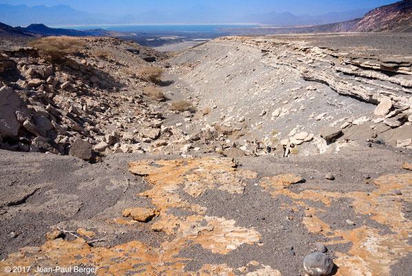 Depuis les rives du Paléolac ASal - En contrebas le Manda et le Lac Asal, à gauche la chaîne volcanique médiane du rift et à droire le premier compartiment basculé au Nord