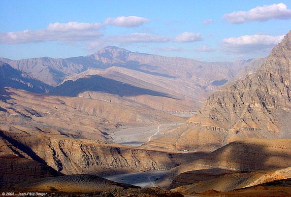 Vue sur  wadi Bih et le Jebel Sayh depuis la route stratégique