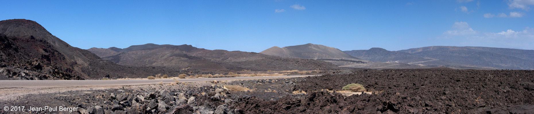 Le plancher du Rift vu depuis le Champ de Lave (À gauche, le compartiment Sud du Rift et à droite, le compartiment Nord du Rift)