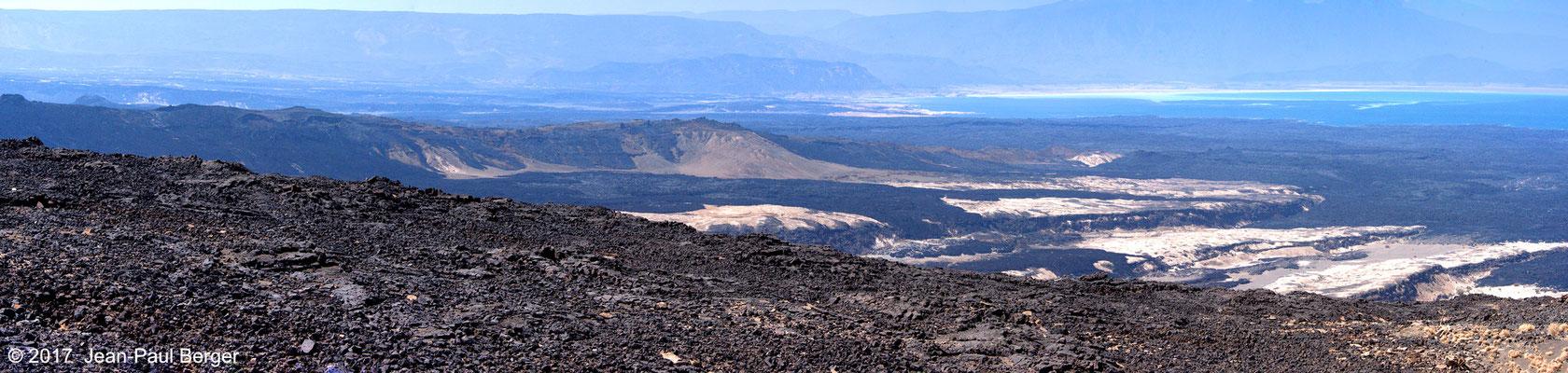 Vue sur le plancher du Rift, la chaîne volcanique médiane et le Lac ASal, depuis le rebord du premier compartiment basculé au Nord