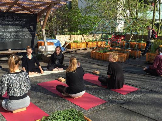 Yoga für alle auf dem Gartendeck St. Pauli mit Vroni und Lea