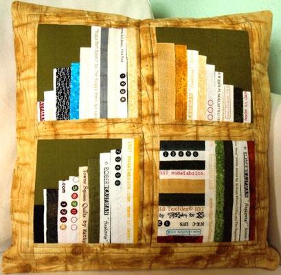 noch zu haben, Holzbücherkissen, 40x40