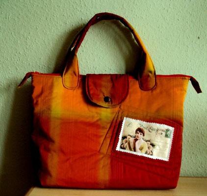 rote Tasche mit Vintage-Postkarte