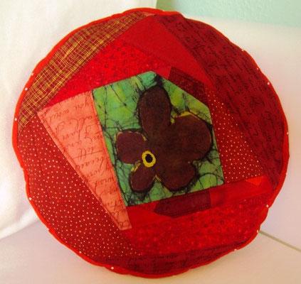rotes crazy-Blumenkissen, Durchmesser 30 cm