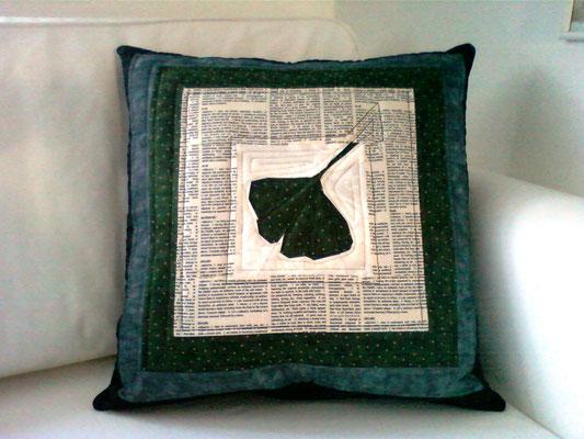 grün-weißes Ginkgoblattkissen mit Schriftstoff, 50x50