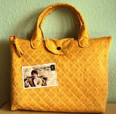 noch eine gelbe Tasche mit Vintage-Postkarte