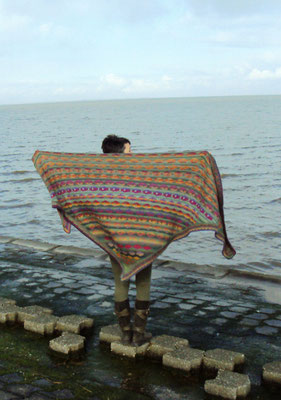 Dreiecktuch nach Christel Seyfarth aus Drops delight, 8 Monate gestrickt. 1,20m hoch, 3m breit