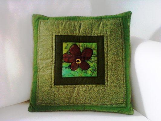 Blumenkissen mit Batikblüte, 40x40