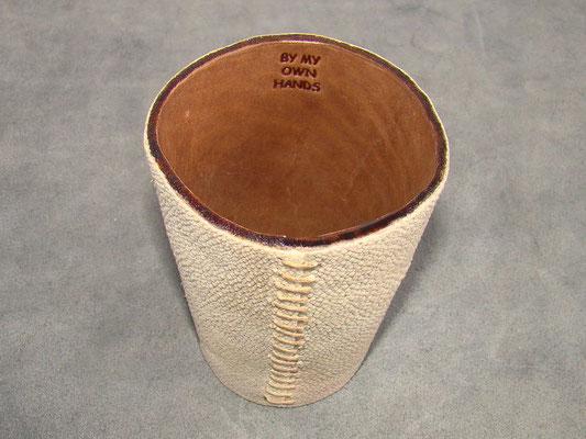 Lederspielbecher mit einem unserer Stempel gekennzeichnet