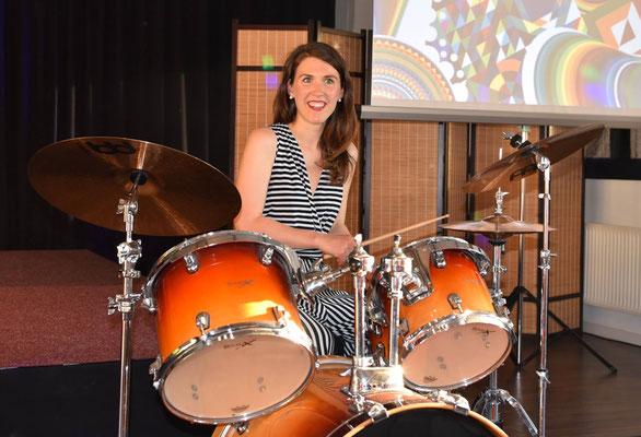 Joana am Schlagzeug -- Mai 2017, Köln
