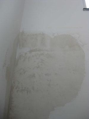 Derrière ce coin, le mur est imbibé d'eau sur 1 m2 et on voit en haut les traces des 2 semelles de la poutrelle.