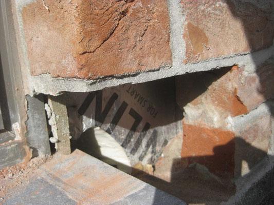On casse à présent une brique à côté du seuil du coulissant : le roofing descend derrière le seuil.