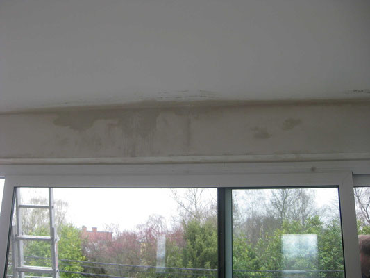 Infiltration au plafond du second étage derrière l'arrière linteau.