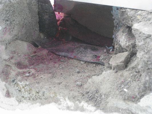 Le roofing est coupé au droit du seuil et il y a en dessous une gouttière en Diba.