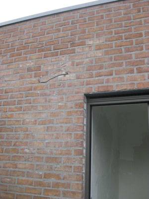 Nombreuses efflorescences sur les parements en briques suite aux pluies pendant l'élévation.