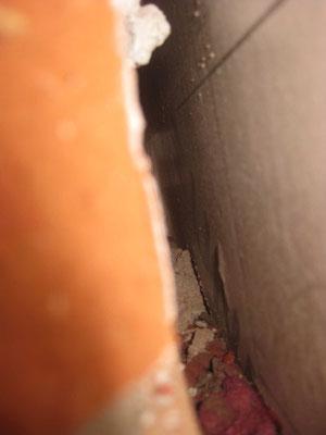 Et il y a un barrage de mortier dans la coulisse entre le seuil et le premier joint vertical ouvert.