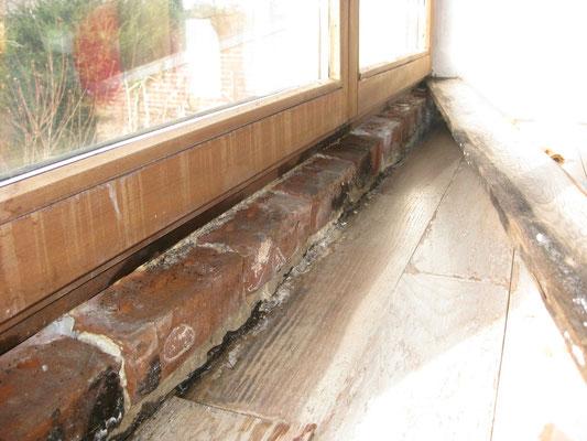dégâts dus aux infiltrations : les briques sont totalement mouillée