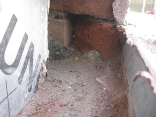 On casse les briques à droite derrière le couvre mur : roofing correctement relevé à l'arrière.