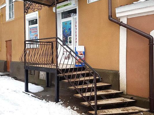 Фрагмент фасада жилого дома с магазином после устройства металлического крыльца, вид 2