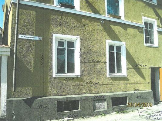 Фрагмент фасада жилого дома до устройства металлического крыльца