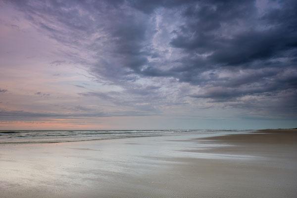 Regenwolken boven Noordzeestrand Terschelling © Jurjen Veerman
