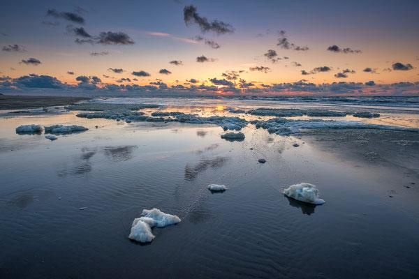 Schuim aan de vloedlijn - Noordzeestrand Terschelling © Jurjen Veerman
