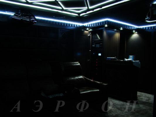 """Персональный кинозал от """"Аэрфон"""" под ключ, 2016 г., Вид тыловой зоны с затемнённым сценарием освещения (фото 4)"""