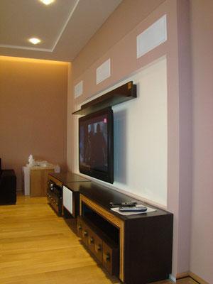 Домашний кинотеатр в квартире, спроектированный конструктив для фронтальной, встраиваемой акустики. Оборудование в вентилируемой тумбе (фото 2)