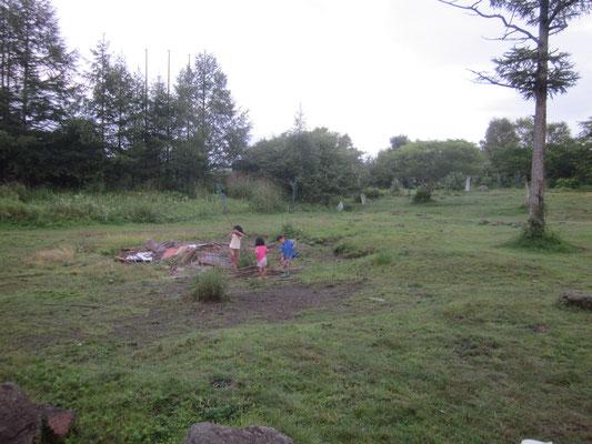 子供達は雨でも遊んでいました