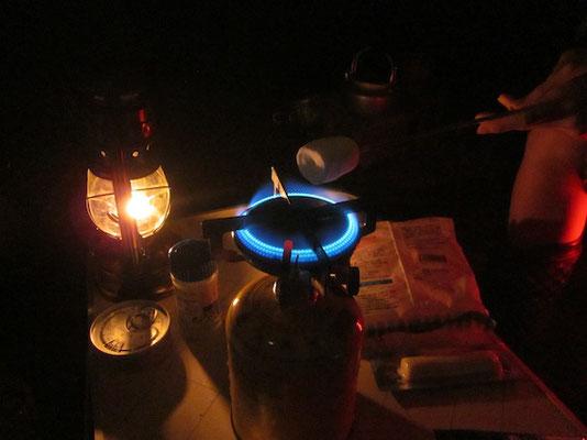雨で焚き火が消えたのでコンロで焼きマシュマロ。