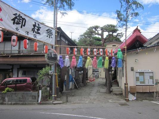 御柱の飾りが風に騒いで、やっぱり日本はアジアです。