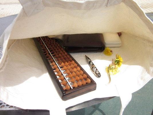 僕の異常なカバンの中。カンちゃんが摘んできてくれたタンポポとそろばん、1920年代のメカニカルペンシル。