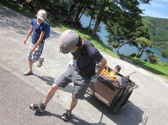 芦ノ湖キャンプ村。誰だ乗ってるのは??