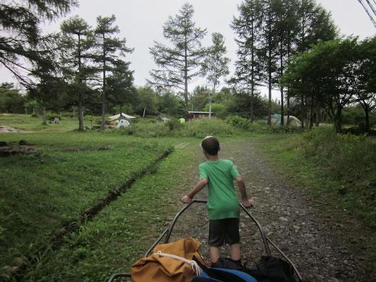 キャンプ場最終日なので、小雨の中10組程のキャンパーがいました。