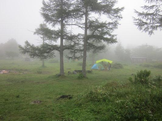 防水性ゼロ・タープはなんとかせなあかん。(35年前の山岳テントだし・・・)