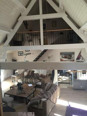 Le grand salon entièrement rénové avec vue sur une belle mezzanine