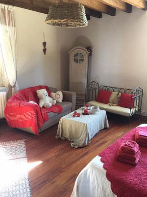 Deuxième chambre après, déco campagnarde avec pointe de rouge