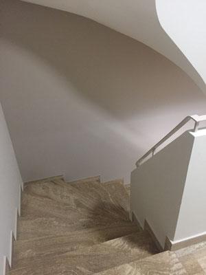 Cage d'escalier du bâtiment avec les nouvelles teintes