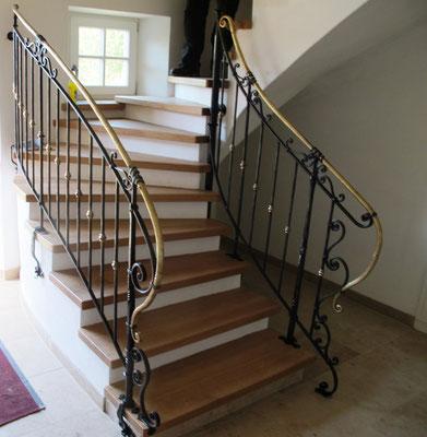 Privat Haus Niederbayern - Treppengeländer in Eisen geschmiedet mit Bronzehandlauf und Zierteilen -2020