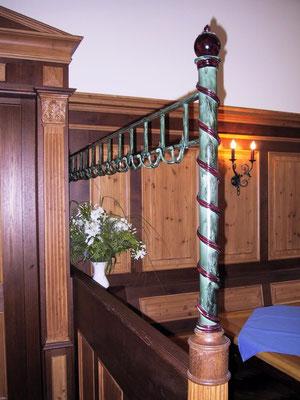 Gst 002 Gaderobenständer fest montiert in der Gaststube in Grün / Rot gefasst