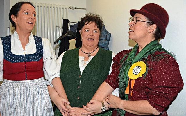 """Ihr """"Liabs-Terzett"""" probten (v.r.) Marion und Daniela Günzel mit Maria Allmeroth noch vorab in der Garderobe"""