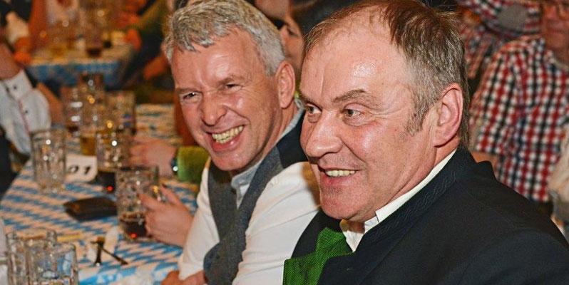 Saßen von der Bühne aus gesehen rechts außen: MdL Ralf Stadler (AfD, l.), Johann Meier (AfD-Landratskandidat).