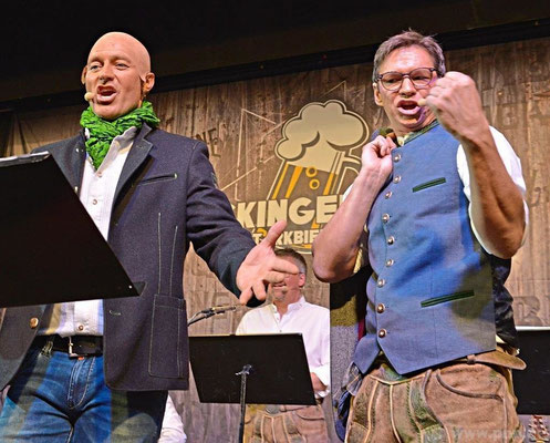 """""""Woast du ned, dass i alles vui vui besser ka!"""", singt Fred Obernhuber als Günter Köck. Jörg Huber als Tobias Kurz kontert: """"Du bist bloß a Riesenschmatzer, Dir werd's Lachen schon vergehn."""""""