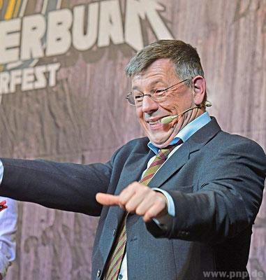 Er tut und macht, was er kann, singt Gerd Rauschendorfer als Bürgermeister Krah. Soll er auch noch die Leute in die Geschäfte reintragen?