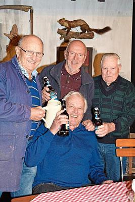 """Eine """"kühle Halbe"""" nach getaner Kulissenarbeit genehmigten sich neben Horst Huber (sitzend) auch (v.l.) Günther Baier, Edi Bortenlänger und Hans Reger."""